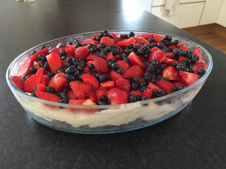 Safarikake med jordbær og blåbær